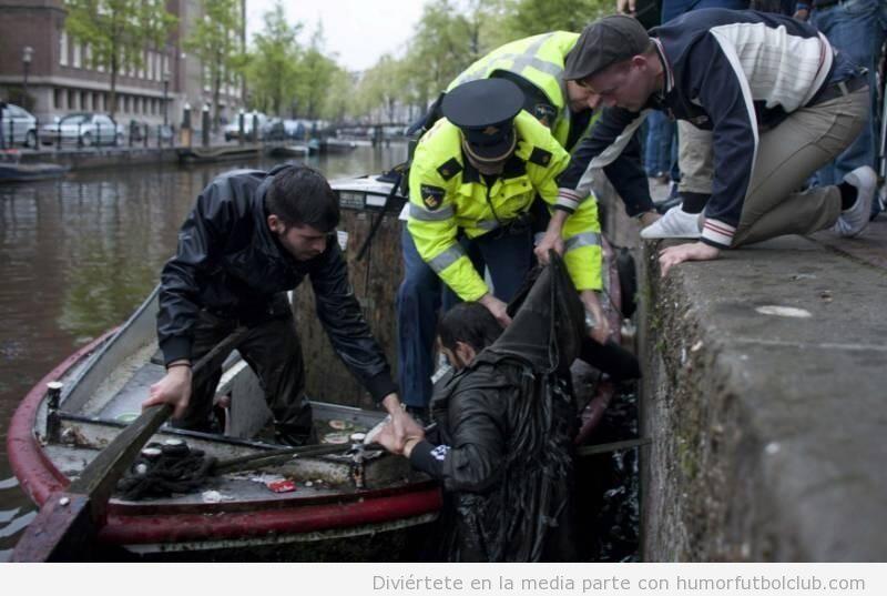 Un aficionado del Chelsea rescatado por la Policía después de caer a un canal