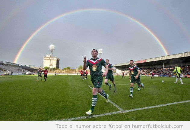Foto bonita de un campo de fútbol con un arcoiris