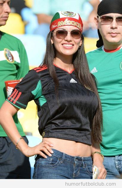 Chicas guapas entre la afición de Mexico en la Copa Confederaciones