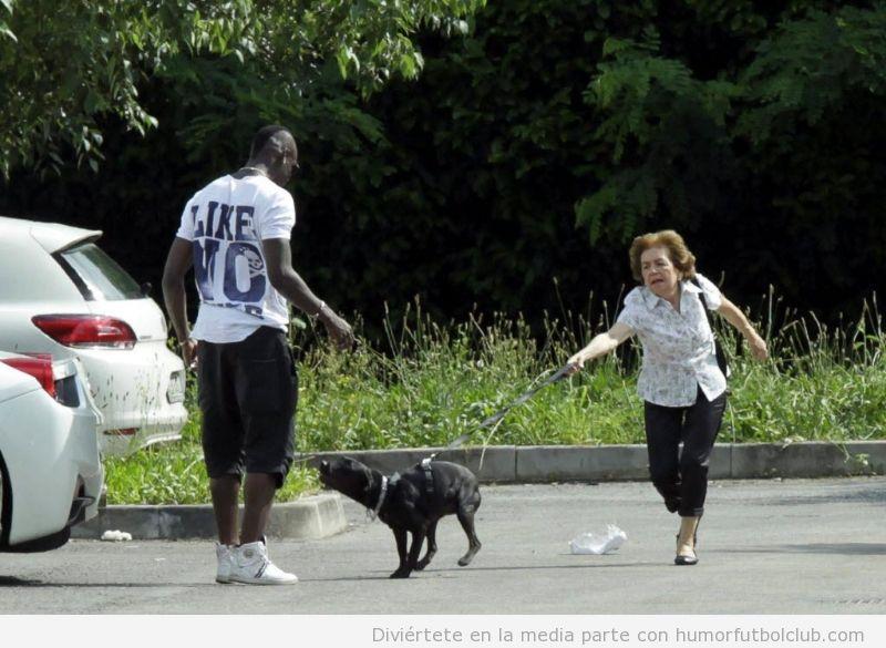 Foto graciosa y bonita del perro de Balotelli