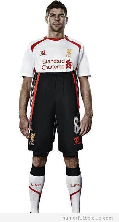 Imagen graciosa de un pantalón tapando la camiseta del Liverpool