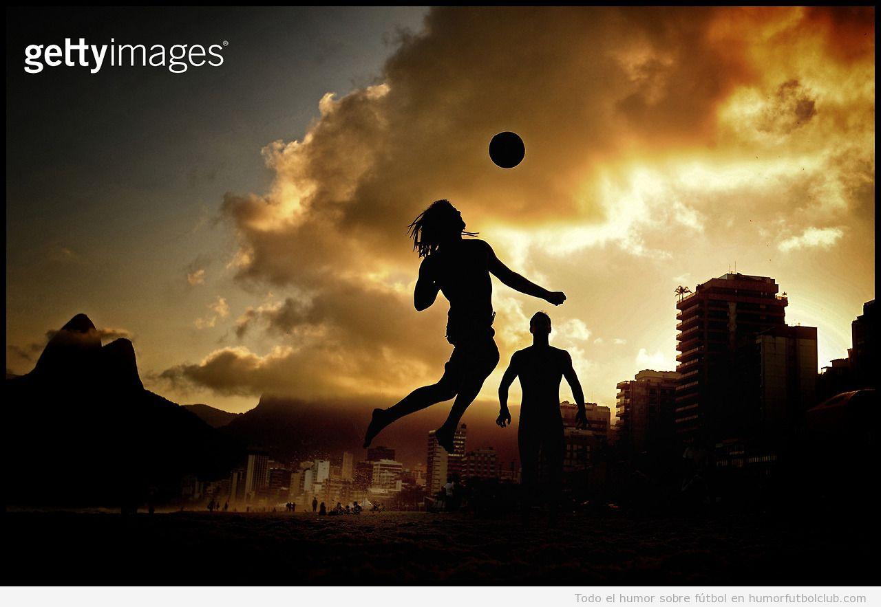 Chico jugando a fútbol en la playa de Ipanema, Brasil