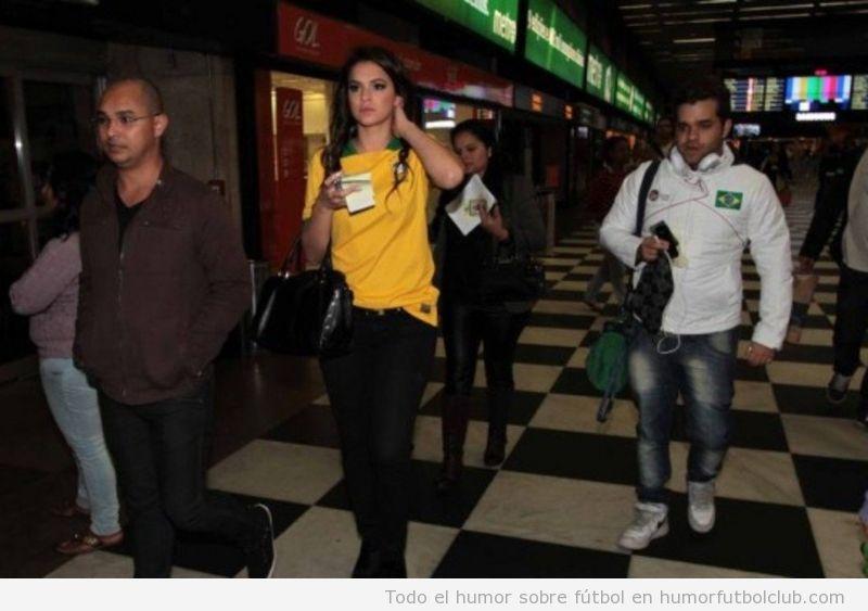 Bruna Marquezine, la novia de Neymar, en el aeropuerto con camiseta de Brasil