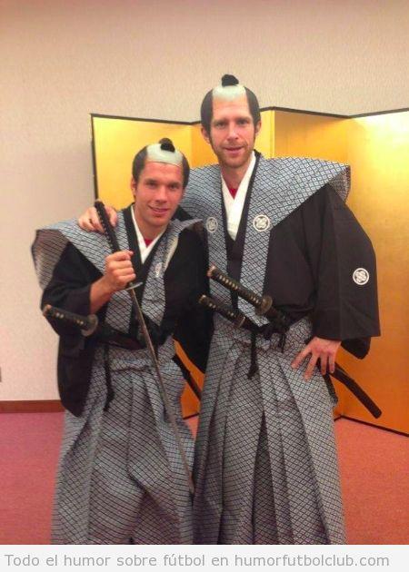 Foto graciosa de los jugadores del Arsenal Mertesacker y Podolski vestidos de Samurai