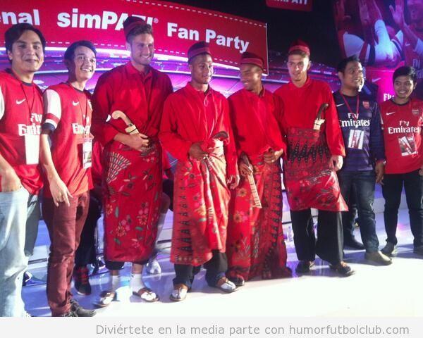 Foto graciosa de los jugadores del Arsenal con el traje tradicional Indonesia