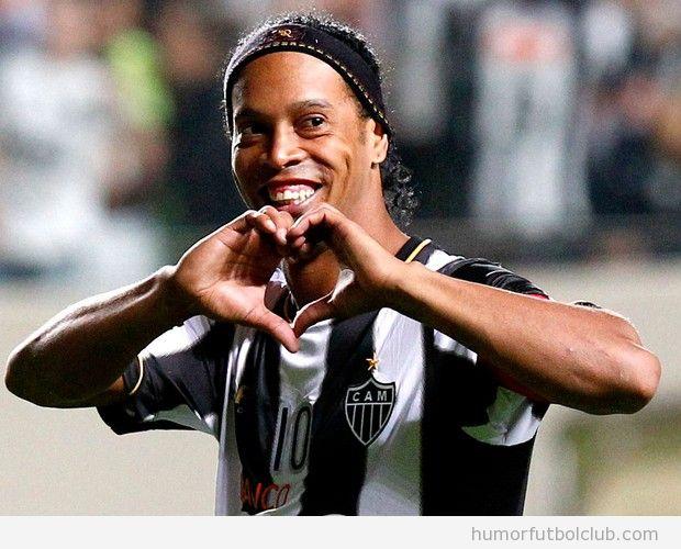 Imagen bonita de Ronaldinho haciendo un corazón con la mano