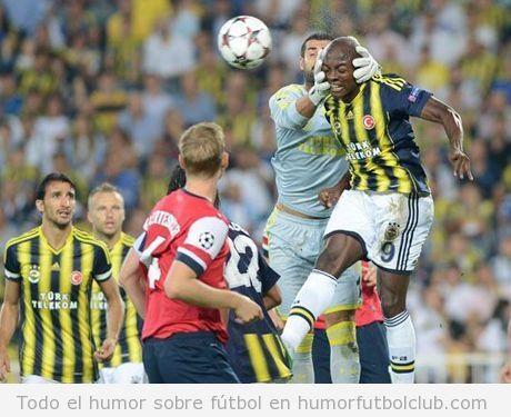Foto graciosa, el portero del Fenerbahce le coge la cabeza a Webo como si fuese el balón