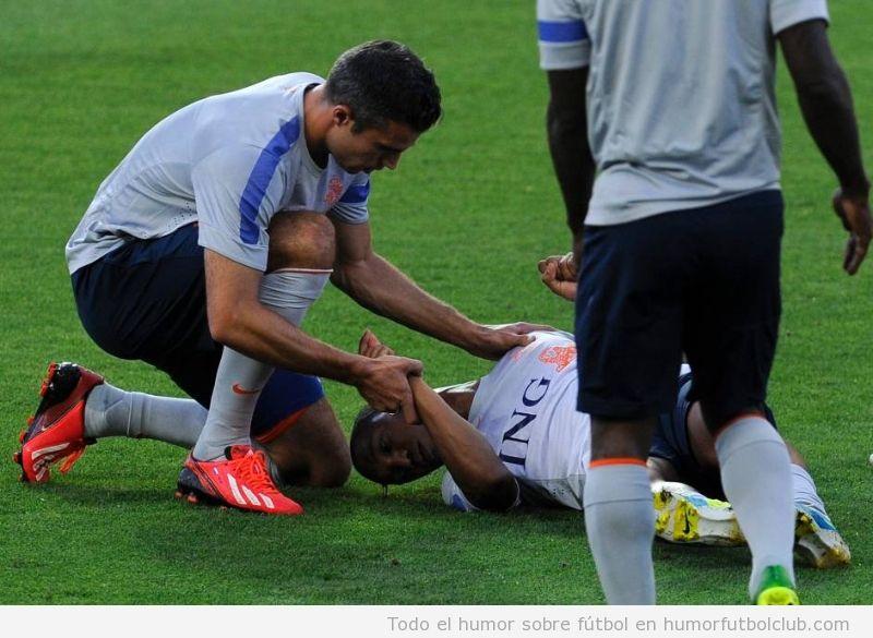 Van Persie y Guzman después del choque con Kuyt