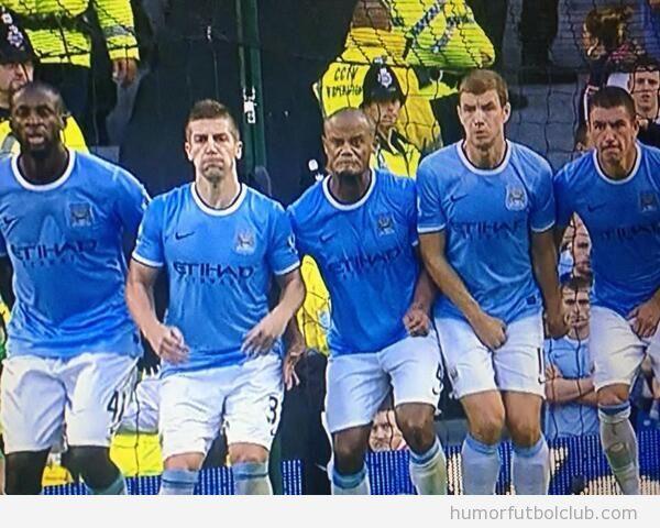 Imagen graciosa de la cara de un futbolista en una barrera
