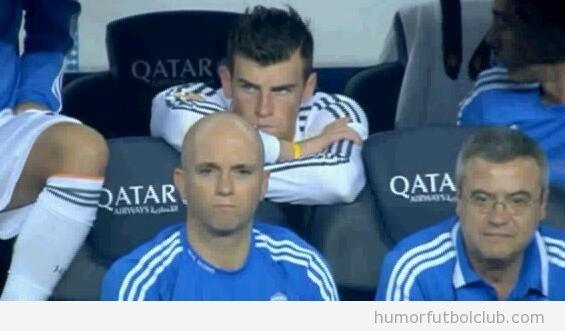 Cara de enfado de Gareth Bale en el banquillo en el Real Madrid Barça