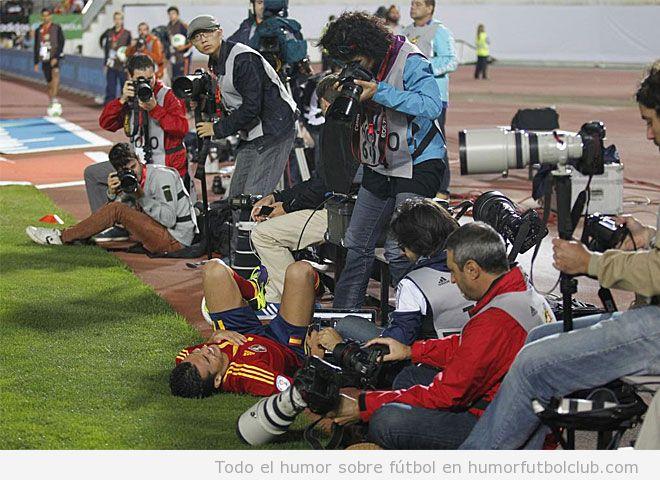 Foto curiosa de fotógrafos haciendo fotos a Pedro mientras sangra