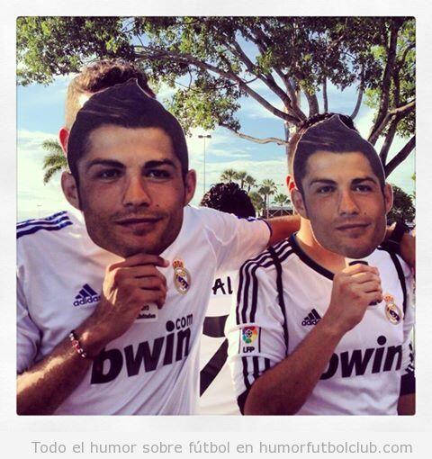 Foto de aficionados del Real Madrid con una máscara de Cristiano Ronaldo