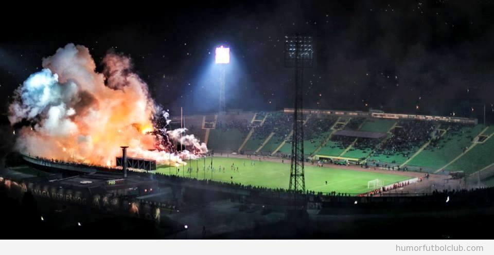 Foto de los aficionados en un derby en Sarajevo envuelto en humo y llamas