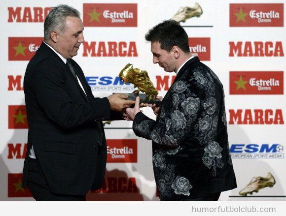 Messi recoge la bota de oro con chaqueta de flores