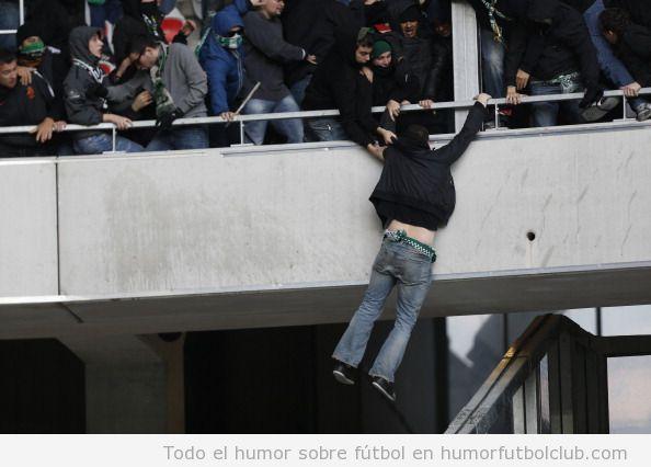 Violencia en el partido Saint Etienne vs Niza en el que un aficionado queda colgado de la barandilla