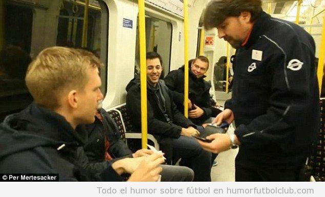 Foto curiosa, Per Mertesacker en el metro de Londres, un inspector le pide el ticket