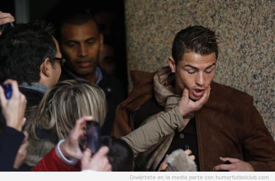 Un fan del Real Madrid aprieta la cara a Cristiano en el Museo de Cera