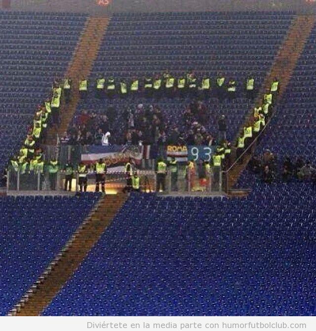 Guardias seguridad rodean a aficionados de Sampdoria en Roma