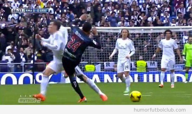 Foto de la patada a Bale en sus partes íntimas ante el Granada