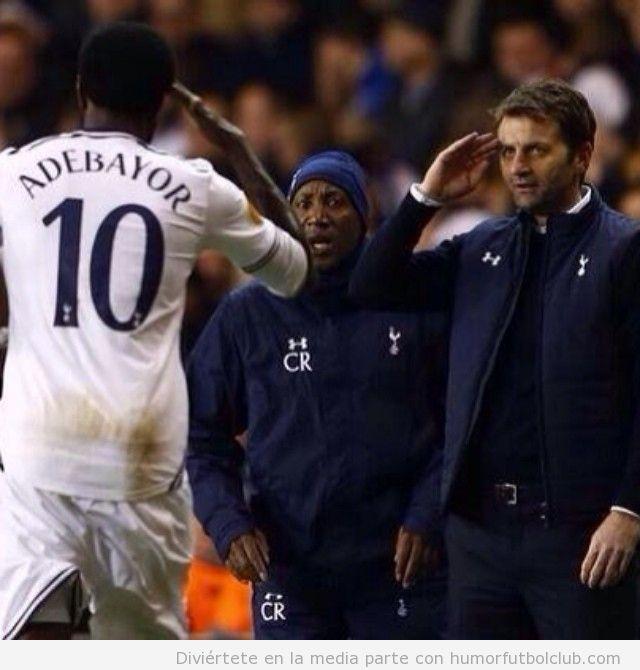 Foto curiosa del entrenador Spurs saluda a Abdebayor
