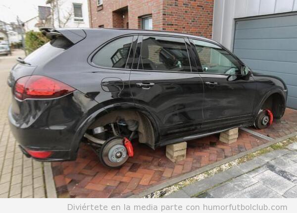 Le roban las ruedas del Porsche a Lewandowski