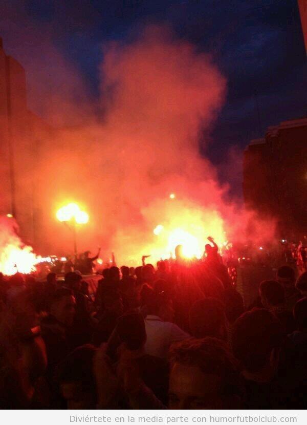 Foto de la fiesta antes del derby Betis vs Sevilla con bengalas