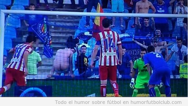 Un aficionado hace un calvo en el penalty de Diego Costa, Atlético de Madrid vs Getafe