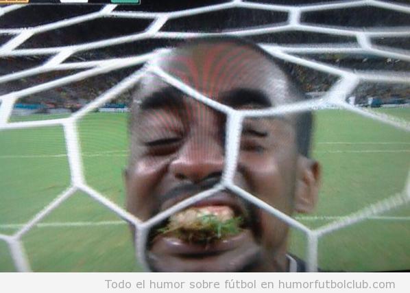 Foto graciosa jugador Costa MArfil come césped para celebrar gol vs Grecia