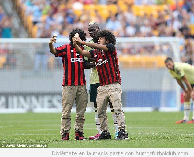 Selfie Balotelli con dos espontáneos en el Milan vs City 2