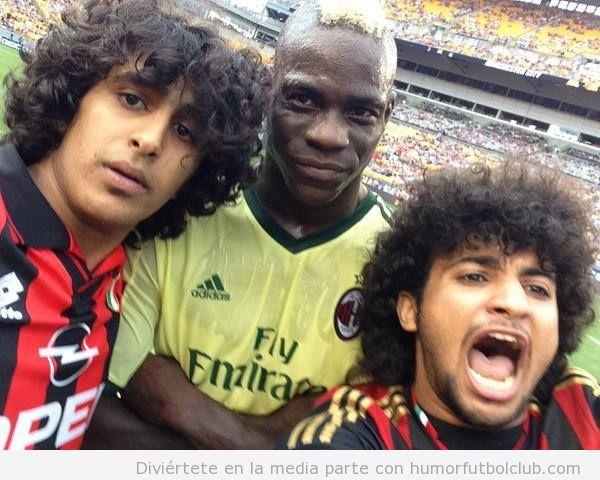 Selfie Balotelli con dos espontáneos en el Milan vs City