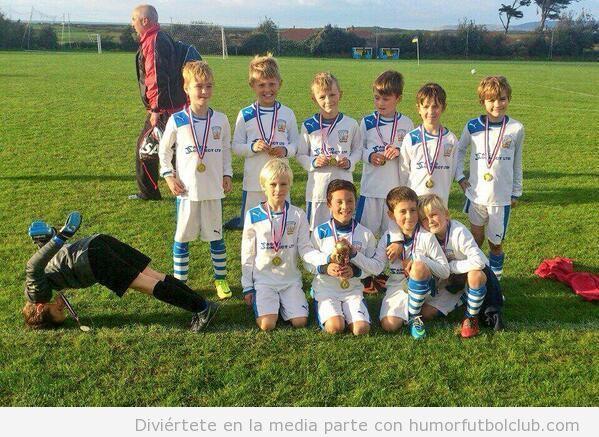 Imagen divertida de un equipo de fútbol de niños