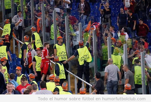 Foto bonita fútbol, aficionados Bayern Munich y Roma intercambiando bufandas
