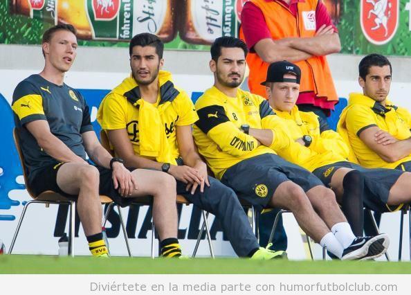 Foto graciosa banquillo fútbol con sillas