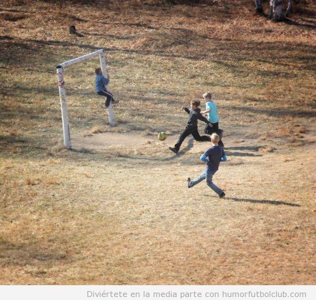 Foto de niños jugando a fútbol en el campo