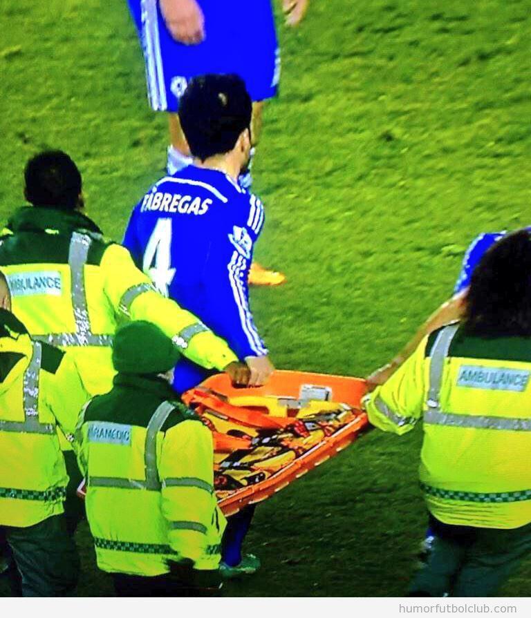 Foto graciosa de Cesc Fàbregas ayudando a llevar la camilla