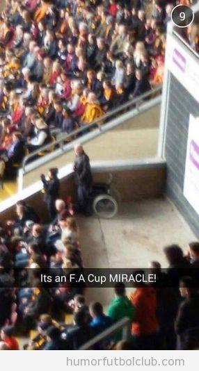 Milagroen la FA Coup, hombre silla ruedas