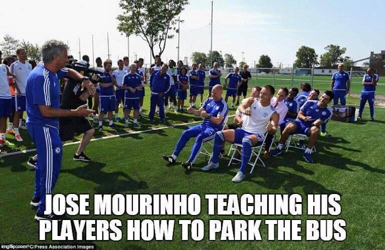 Foto graciosa Mourinho y su equipo aparcando un autobús