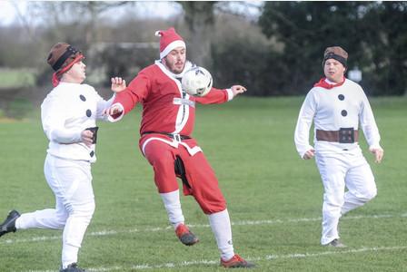 Partido fútbol vestidos Santa Claus y elfos 2