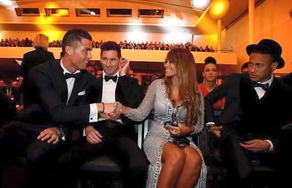 Foto de la mujer de Messi saludando a Cristiano Ronaldo en Balón de Oro 2015