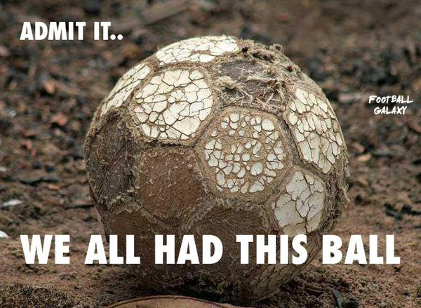 Balón fútbol de cuero destrozado