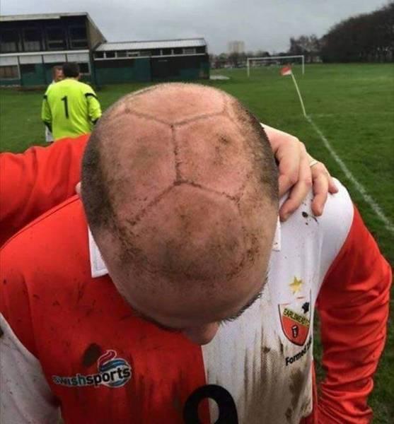 Foto graciosa balón fútbol pintado en la cabeza calvo