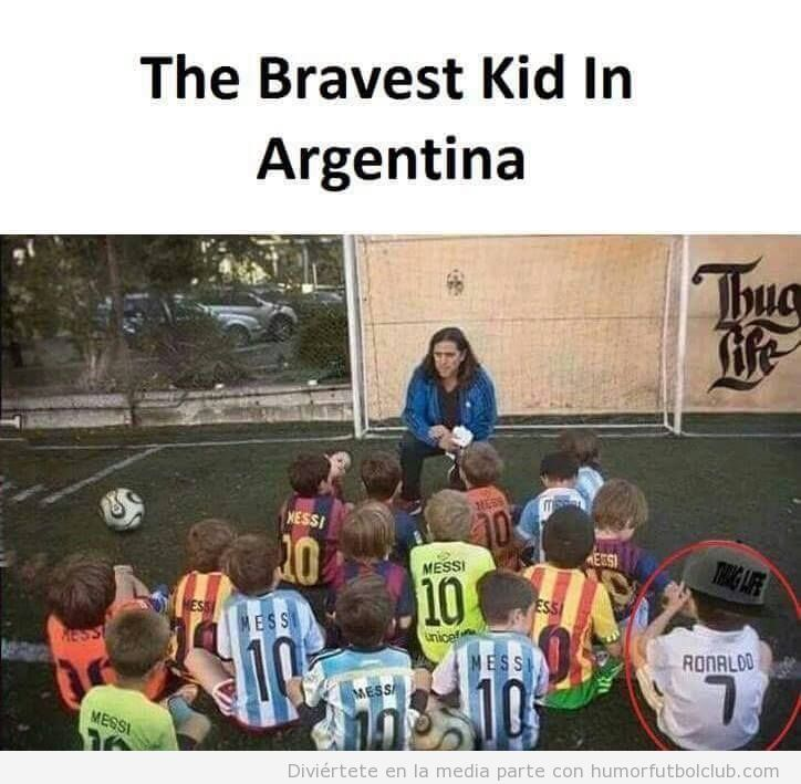 Foto graciosa niño valiente con camiseta Cristiano Ronaldo en Argentina
