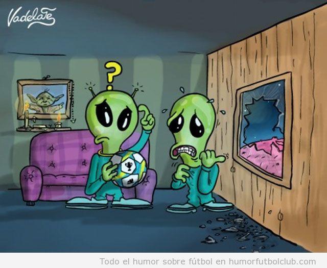 Comic El balon del penalti que falló rompe el cristal de una casa de un extraterrestre