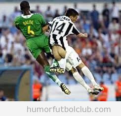 Futbolista que en un salto baja el pantalón de su rival y enseña el culo