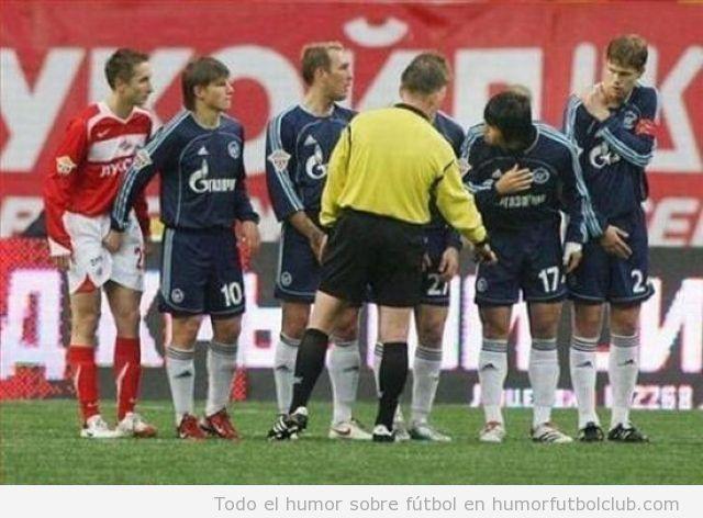 Jugador de fútbol toca las partes íntimas a un rival