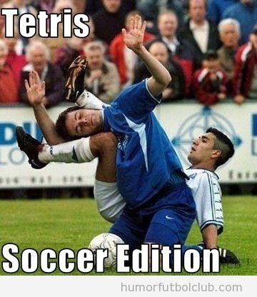 Dos futbolistas unidos como piezas de Tetris en una caída