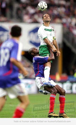 Un futbolista levanta a su rival como en un saque de rugby