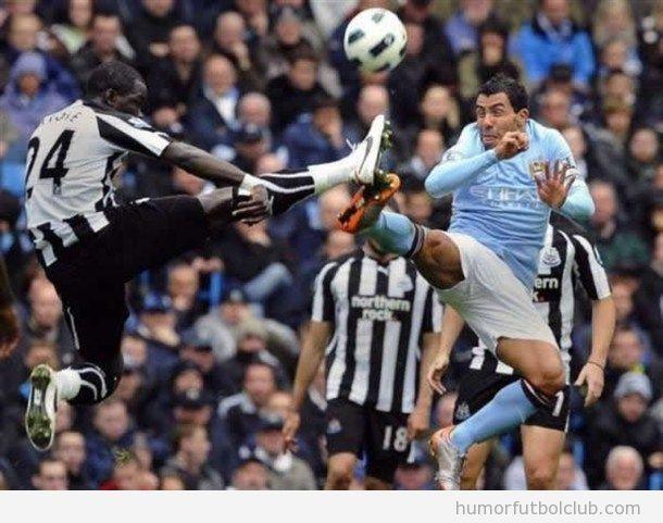 Jugadores de fútbol dando una patada al aire como en el Street Fighter