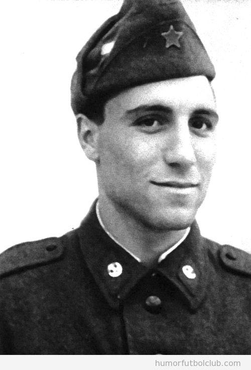 Hristo Stoichkov de joven en el servicio militar o ejército