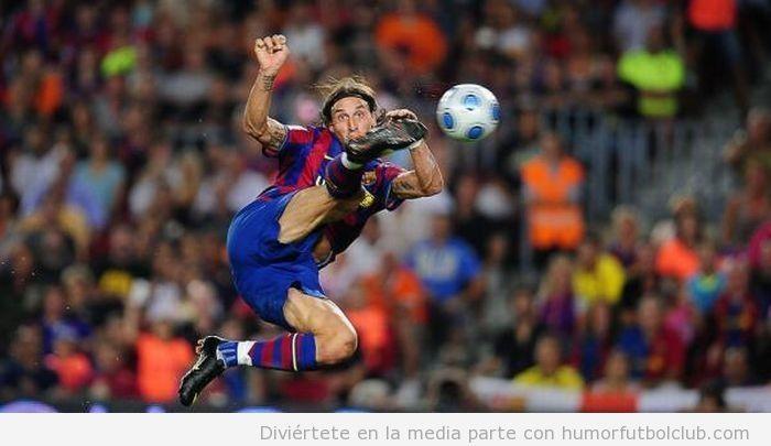 Zlatan Ibrahimović da una patada al balón en el aire con el Barça